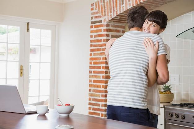 Jeune couple, embrasser, cuisine
