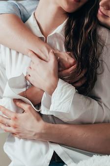 Jeune couple, embrasser érotiquement
