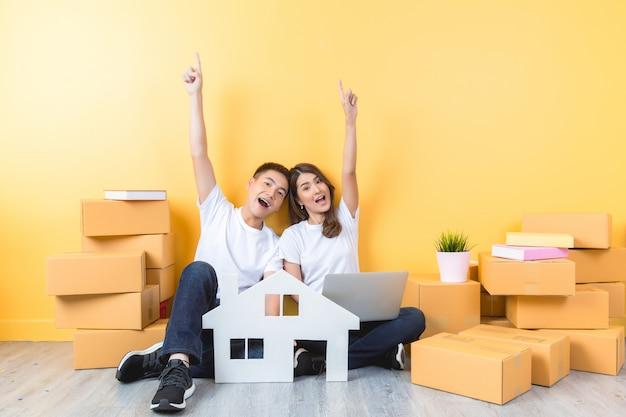Jeune couple emménageant dans leur nouvelle maison