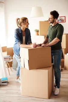 Jeune couple emménageant dans une maison