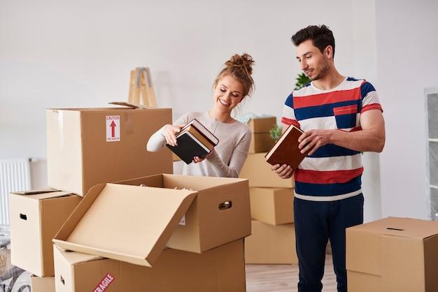 Jeune couple emménageant dans la maison