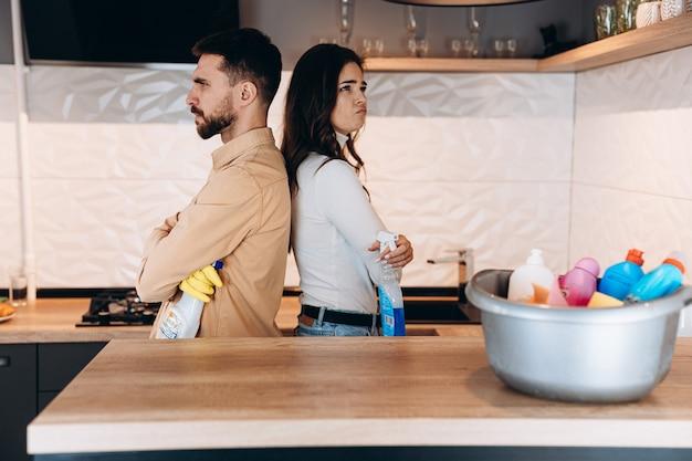 Jeune couple emménageant dans une nouvelle maison