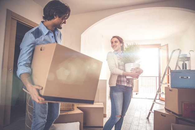 Jeune couple, emménager, dans, nouvel appartement