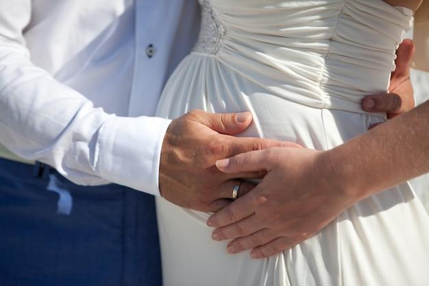 Jeune couple enceinte sur l'île la plus romantique de santorin, grèce