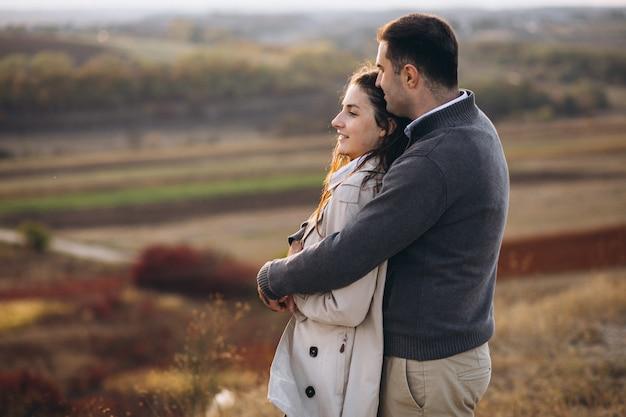 Jeune couple ensemble dans une nature d'automne