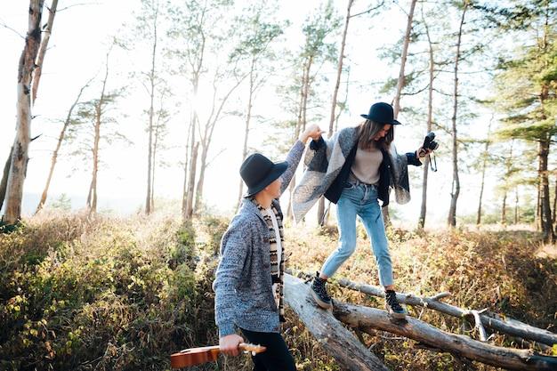 Jeune couple ensemble dans la nature