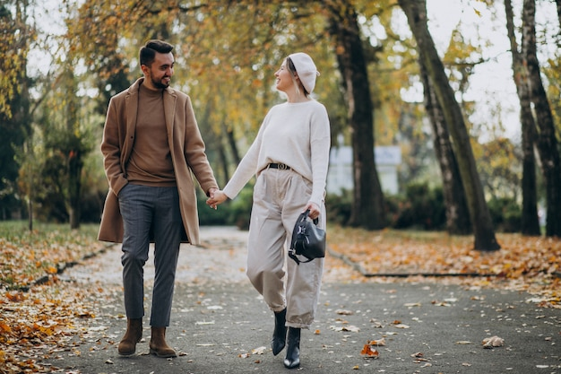 Jeune couple ensemble dans un parc en automne