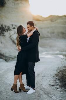 Jeune couple ensemble dans le parc, histoire d'amour
