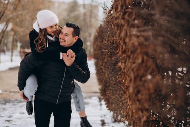 Jeune couple ensemble dans un parc d'hiver le jour de la saint-valentin