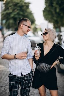 Jeune couple ensemble en ville