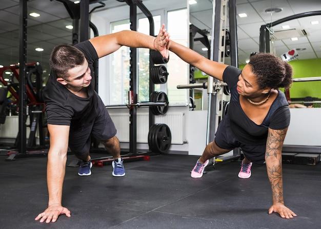 Jeune couple, entraînement, gymnase