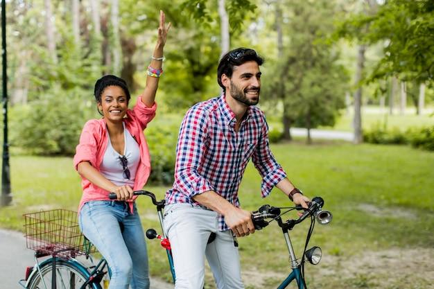 Jeune couple, équitation, tandem, vélo