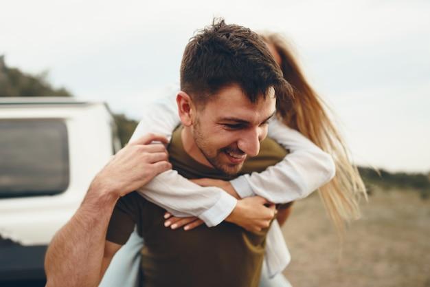 Le jeune couple est en voyage romantique dans les montagnes en voiture, gros plan