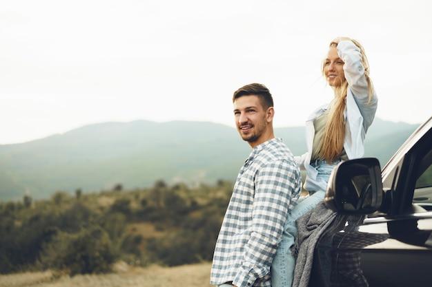 Le Jeune Couple Est En Voyage Romantique à La Montagne En Voiture Photo Premium