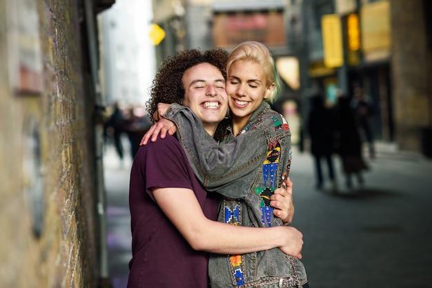 Jeune couple étreignant en contexte urbain sur une rue typique de londres.