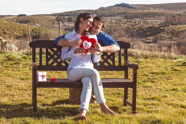 Jeune couple, étreindre, et, apprécier, passer temps, ensemble, dans campagne