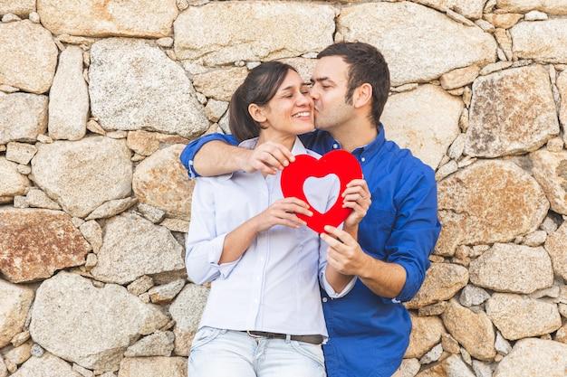 Jeune couple, étreindre, et, apprécier, passer temps, ensemble, dans, les, village