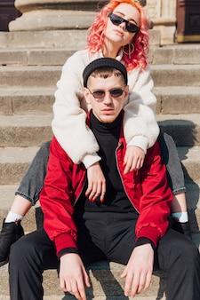 Jeune couple, étreindre, assis, dans, les escaliers