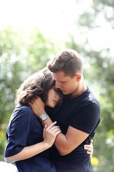 Jeune couple, étreindre, dehors