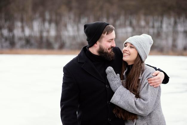Jeune couple, étreindre, extérieur