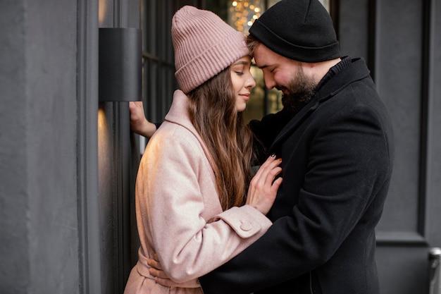 Jeune couple étreindre en plein air