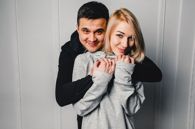 Jeune couple, étreindre, et, poser, sur, a, clair, fond