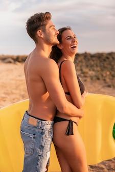 Jeune couple, étreindre, et, rire