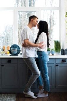 Jeune couple, étreindre, s'embrasser