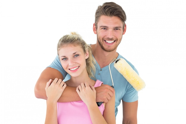 Jeune couple, étreindre, et, tenue, rouleau peinture