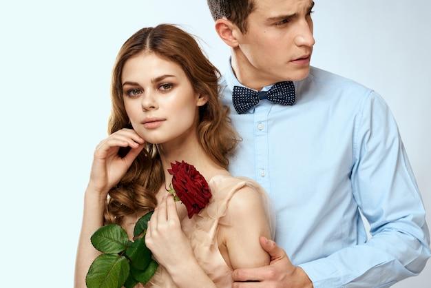 Jeune couple étreint la romance datant relation mode de vie fond clair rose rouge.