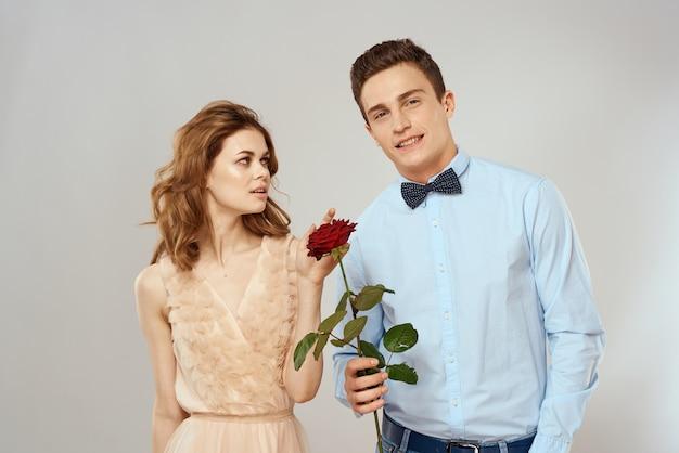 Jeune couple étreint la romance datant relation de style de vie lumière espace rose rouge.