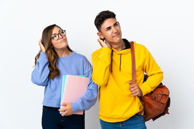 Jeune couple étudiant sur blanc pensant une idée tout en se grattant la tête