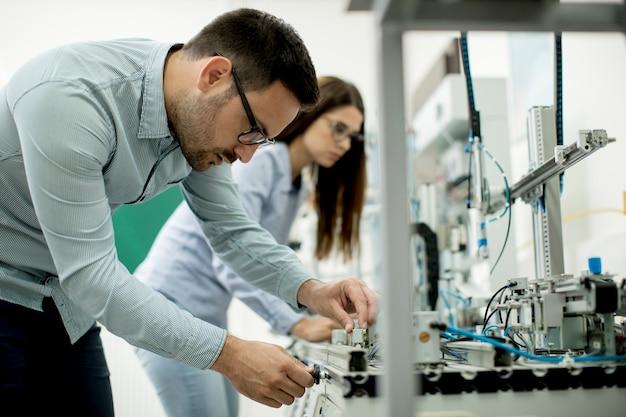 Jeune couple d'étudiants au laboratoire de robotique