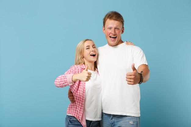 Jeune couple excité deux amis homme et femme en t-shirts blancs vides roses blancs