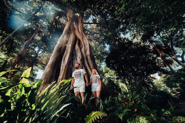 Jeune couple excité en safari dans la forêt tropicale