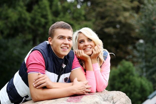 Jeune couple exprimant ses sentiments dans un parc