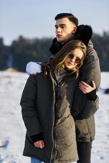 Jeune couple à l'extérieur en hiver