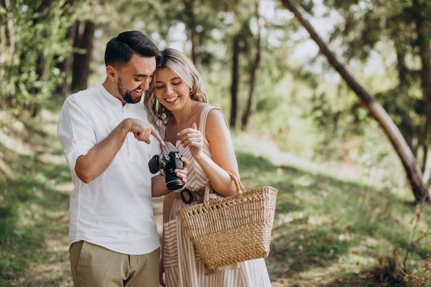 Jeune couple, faire des photos dans la forêt