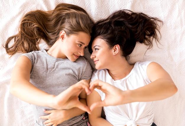 Jeune couple faisant un coeur avec les mains