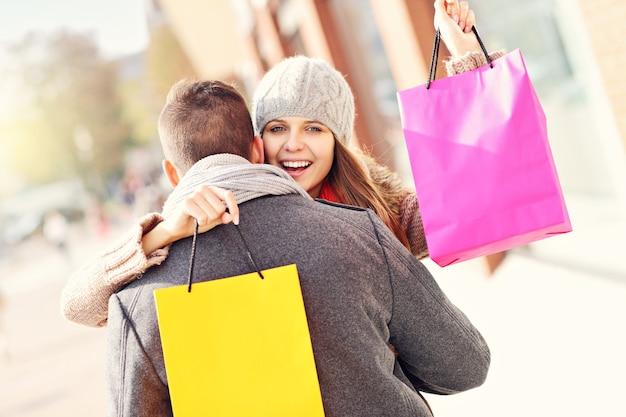 Jeune couple faisant du shopping dans la ville