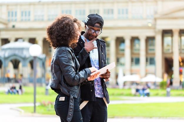Jeune couple faisant du tourisme avec plan de la ville