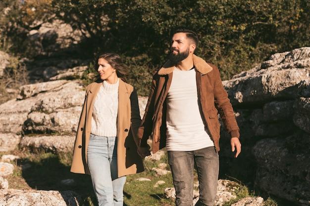 Jeune couple faisant une excursion en montagne