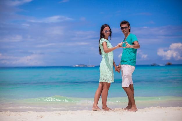 Jeune couple faisant petit coeur avec les mains