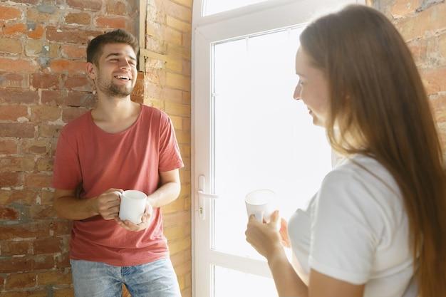 Jeune couple faisant la réparation d'appartement ensemble eux-mêmes. homme marié et femme faisant la rénovation ou la rénovation de la maison