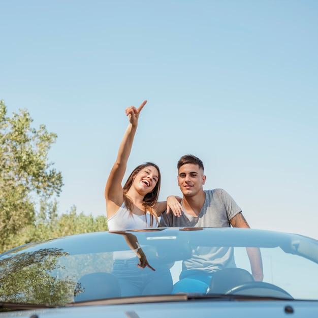 Jeune couple faisant un road trip