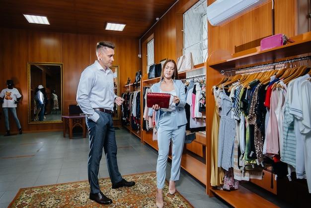 Un jeune couple fait du shopping et fait du shopping.