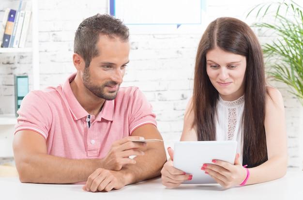 Un jeune couple fait ses courses sur internet