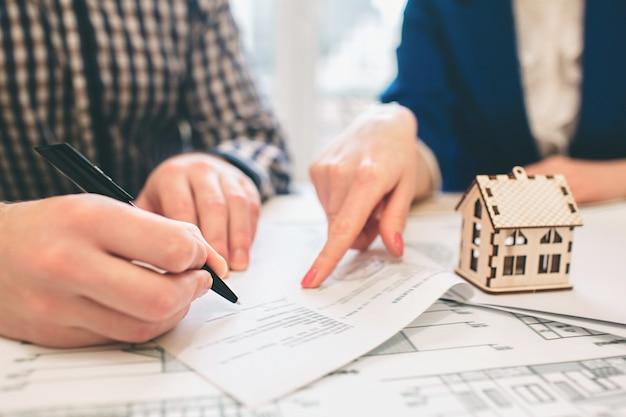 Jeune couple famille achat location propriété immobilier