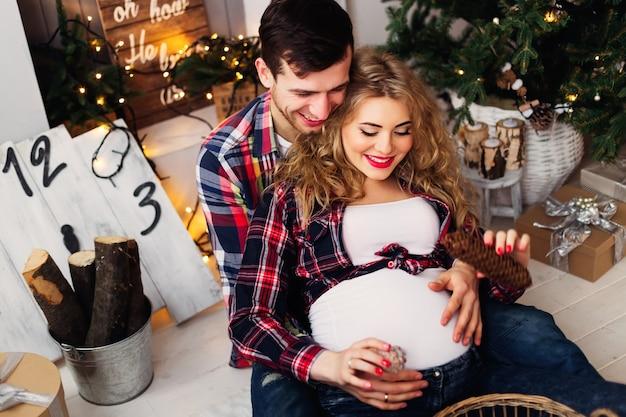 Un jeune couple de famille passe une soirée dans une chambre confortable