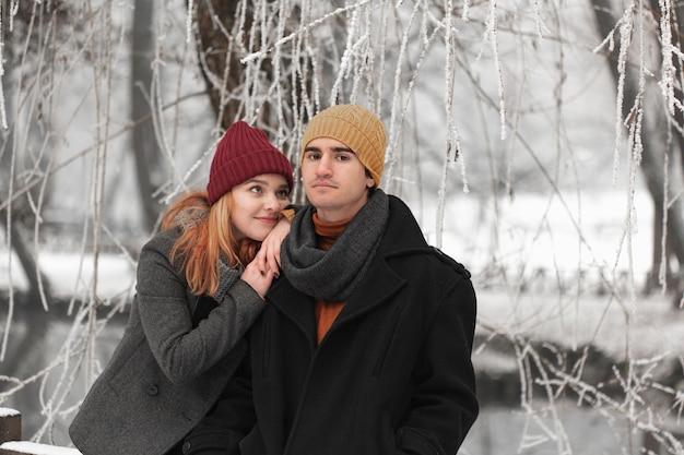 Jeune couple avec femme rêveuse et homme sérieux